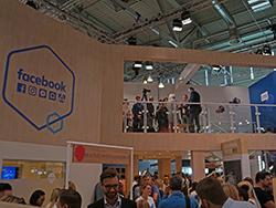 Video-Interview auf einem Facebookmessestand