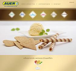 Auf gelb / goldenem Hintergrund sieht man eine Kugel Vanille Eis mit Minzblättern angerichtet auf einem weißen Teller, davor liegen dekorativ Waffelkekse in Herzform und Röllchen.