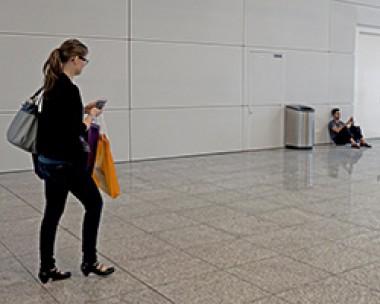 Personen starren auf ihre Smartphones