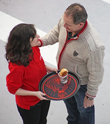 Mann berührt Frau an Schulter