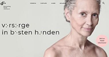 """Porträt einer älteren Dame ca. 60 Jahre alt. Kopf Gesicht und textilfreie Schultern sind zu sehen, danaben der Hinweis """"Vorsorge in besten Händen""""."""