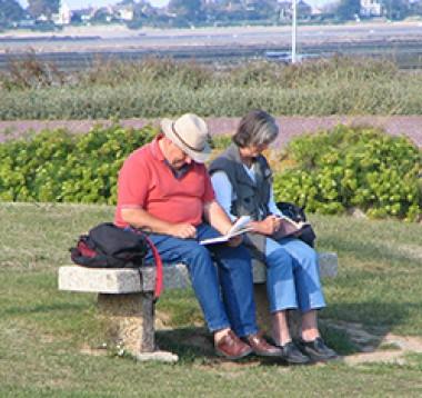 Mann und Frau lesen Bücher