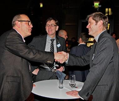 Männer begrüßen sich mit Handschlag