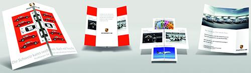 4 Ansichten eines quadratischen Faltflyers. Auf der Vorderseite ist ein weißes Kreuz auf rotem Hintergrund zu sehen. Darauf abgebildet sind mehrere Autos. Auf der Kartenrückseite ist unten rechts das Porsche Logo erkennbar.