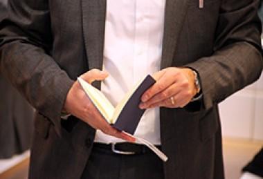 Mann liest in aufgeschlagenem Buch