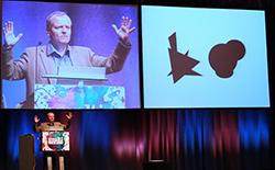 """Prof. Manfred Spitzer erklärt die """"Nobjects"""" anlässlich der Premiere des multisense forums in Essen im September 2010. (Bildquelle: Multisense Institut)"""