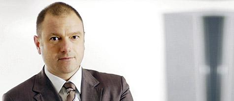 Porträt eines Mannes mittleren Alters im Anzug, heller Hauttyp, braune kurze Haare, braune Augen, vermutlich europäischer Abstammung