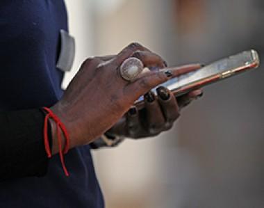 Frauenhände bedienen Smartphone-Display