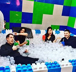Lego-Spielplatz & -Bar für Erwachsene ©TheBrickBars