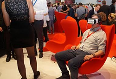 Mann mit VR-Brille und Kopfhöreren