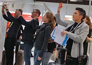Messebesucher starren auf ihre Smartphones