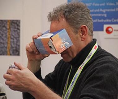 Mann mit VR-Brille und Gegenstand