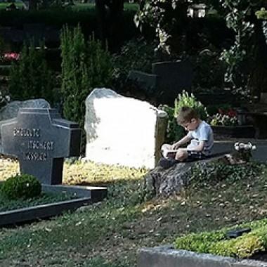 Sitzendes Kind liest ein Buch