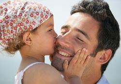Ohne menschliche Berührungen würden wir verkümmern. Emotional und kognitiv. Babys brauchen Hautkontakt, damit ihr Gehirn ausreift. (Bildquelle: Fotolia)