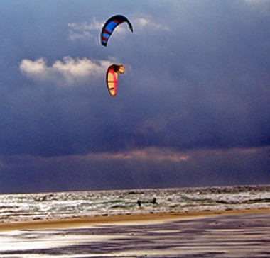 Zwei Kitesurfer im Atlantik
